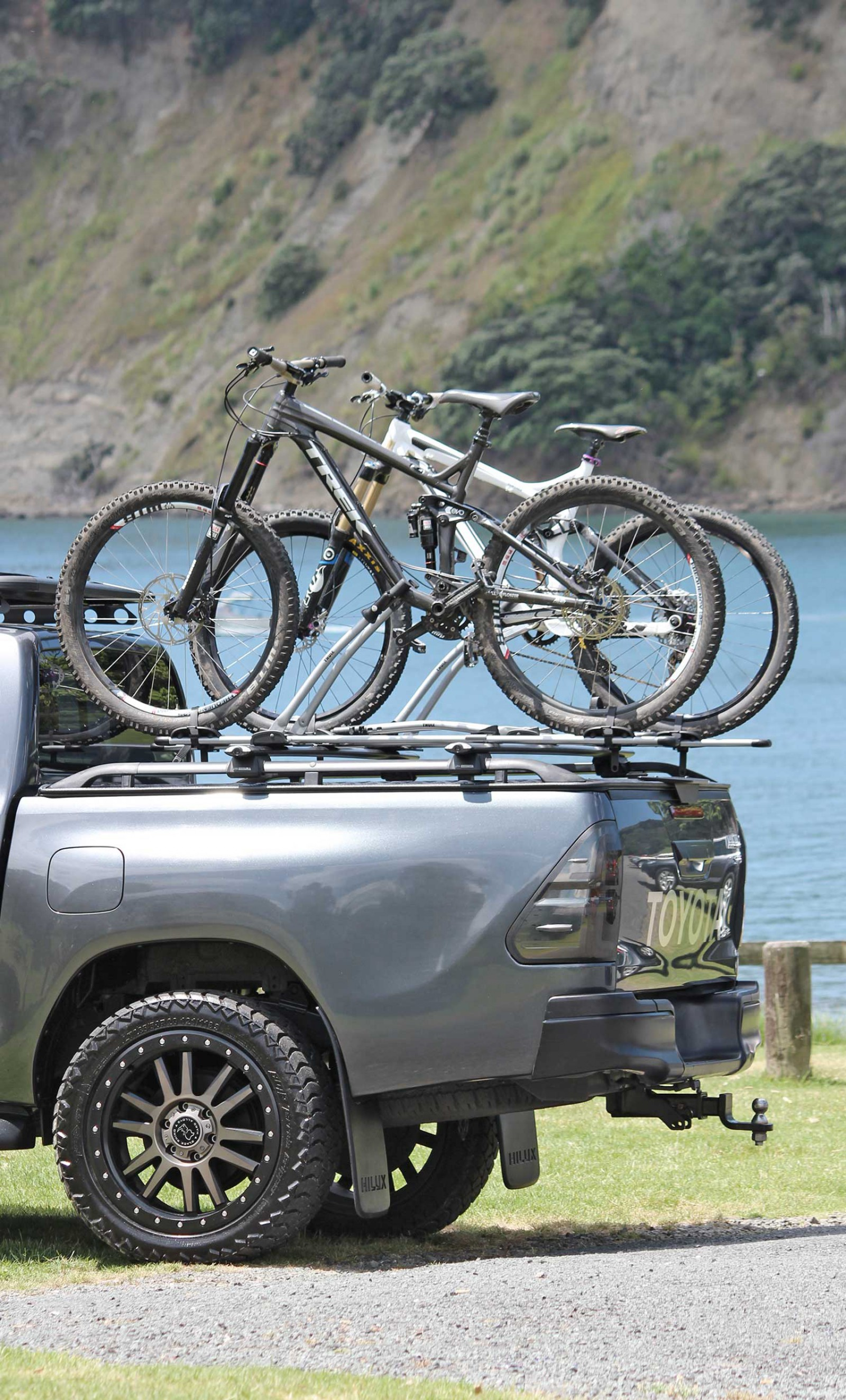 Load-Lid with x2 Bike Carriers_Toyota Hilux